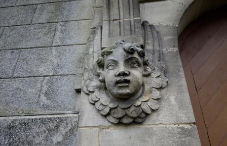 Statue à l'entrée de l'église